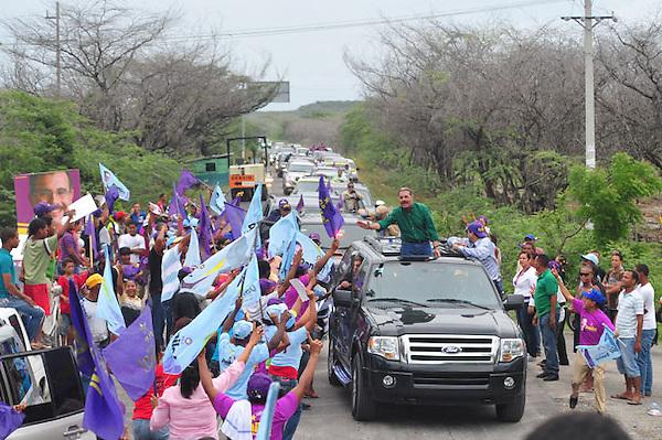 Danilo Medina Candidato presidencial por el Partido de la Liberación Dominicana mientra de la vuelta al lago Enriquillo en caravana el domingo 9 de Octubre.