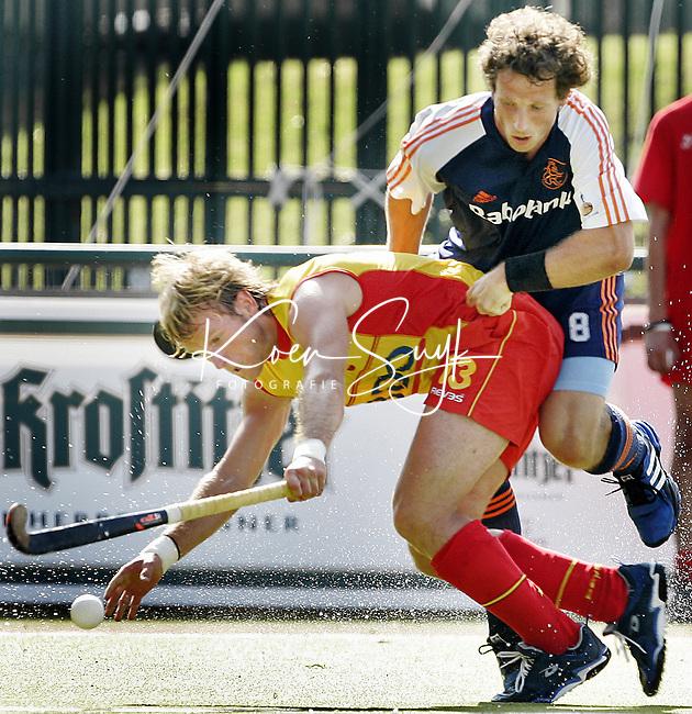 NLD-20050901-Leipzig-EK HOCKEY : Nederland-Spanje 2-1.  Ronald Brouwer, de maker van het winnende doelpunt in duel met de Spanjaard Ramon Alegre.