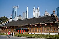 Una vecchia costruzione con alle spalle le moderne costruzioni della city finanziaria.<br /> Old and new buildings in Shanghai