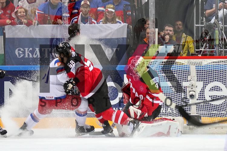 Canadas Savard, David (Nr.58) verteidigt das Tor von Canadas Smith, Mike (Nr.41)  im Spiel IIHF WC15 Finale Russia vs. Canada.<br /> <br /> Foto &copy; P-I-X.org *** Foto ist honorarpflichtig! *** Auf Anfrage in hoeherer Qualitaet/Aufloesung. Belegexemplar erbeten. Veroeffentlichung ausschliesslich fuer journalistisch-publizistische Zwecke. For editorial use only.