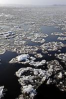 Deutschland, Hamburg, Blankenese, Eischollen auf der Elbe
