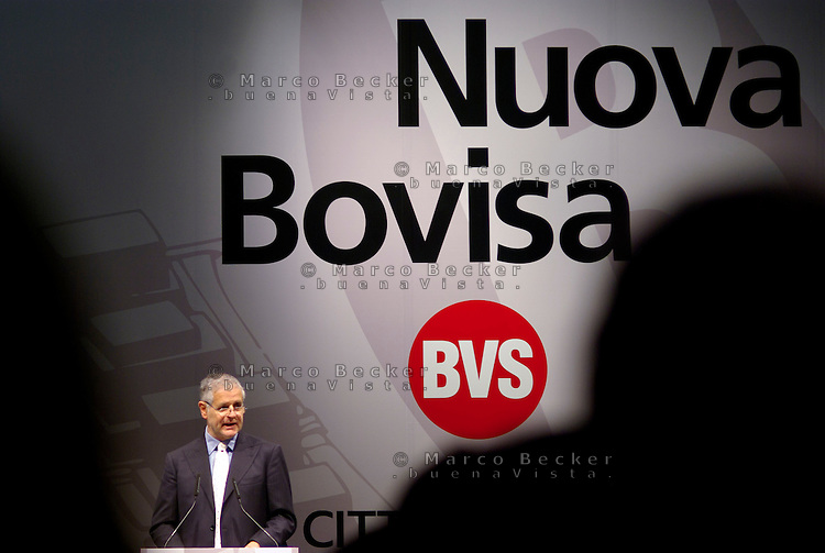 "milano, quartiere bovisa. presentazione del nuovo progetto urbanistico ""Nuova Bovisa"" per l'area dei gasometri. nella foto: roberto formigoni, presidente regione lombardia --- milan, bovisa district. presentation of the new city plan ""Nuova Bovisa"" for the area of the gasometers. roberto formigoni, president of the lombardy region"