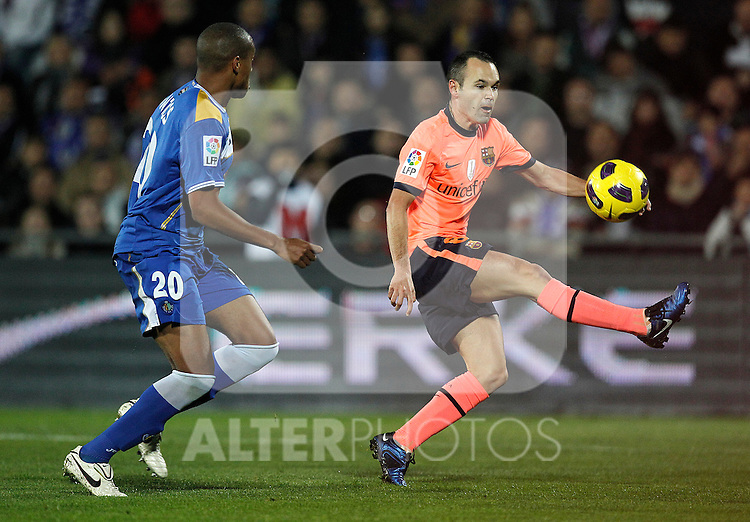 GETAFE, Madrid (07/11/2010).- Spanish League match Getafe vs Barcelona. Andres Iniesta and Pblo Pintos...Photo: Cesar Cebolla / ALFAQUI
