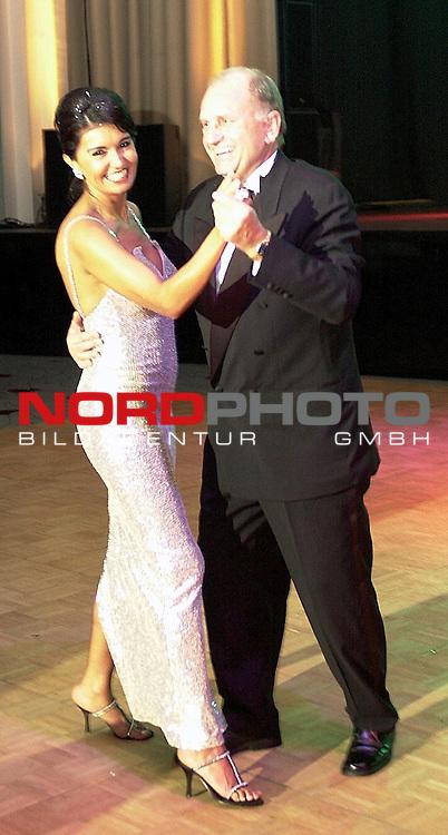 Gruen Weisse Nacht SV Werder Bremen 2003<br /> Juergen L. Born und Gattin Garcia eroeffneten den Tanz auf der Gruen Weissen Nacht im Congress Centrum Bremen.<br /> Foto &copy; nordphoto <br /> <br />  *** Local Caption *** Foto ist honorarpflichtig! zzgl. gesetzl. MwSt.<br />  Belegexemplar erforderlich<br /> Adresse: nordphoto<br /> Georg-Reinke-Strasse 1<br /> 49377 Vechta