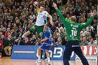 Dragos Oprea (FAG) im Sprungwurf gegen rechts Aljosa Rezar (VFL)
