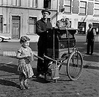 1961. Straatmuzikant met 2 apen in Baasrode.