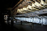 Nederland  Westzaan  2017 . De Schoolmeester te Westzaan is de laatste papiermolen ter wereld die op windkracht functioneert. De molen werd oorspronkelijk in 1692 gebouwd en is tegenwoordig nog dagelijks in gebruik. Er wordt op ambachtelijke wijze Zaansch Bord, een papiersoort, vervaardigd. De eigenaar is sinds 1976 de Vereniging De Zaansche Molen. Papier hangt te drogen in de droogschuur. Foto mag niet voor reclame doeleinden worden gebruikt.   Foto Berlinda van Dam / Hollandse Hoogte