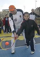 9-2-06, Netherlands, tennis, Amsterdam, Daviscup.Netherlands Russia, Draw, streettennis , captain Tjerk Bogtstra teaches how its done