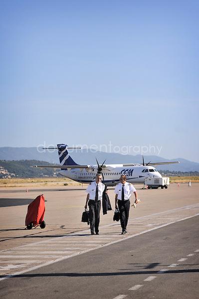 copyright : magali corouge / Documentography.10/06/09.Me?tier : Pilote..Laurent Guerini et son co pilote Thibaud a? l'arrive?e, marchent sur la piste pour rejoindre leur prochain vol.