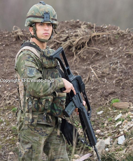 """Fecha 26-01-2016 Lugo.Parga. Campamento militar de Parga en Lugo. Maniobras conjuntas de la OTAN.  Coordinado por la BRILAT. Donde participan militares de 6 paises: España,  Portugal, Reino Unido, Belgica, Polonia y Albania. Esta semana se está ejecutando el """"AZOR LINEAGE 16"""", primer ejercicio de adiestramiento de la Brigada de Infantería Ligera ´Galicia´ VII (BRILAT), núcleo de la Fuerza de Muy Alta Disponibilidad (VJTF, siglas en inglés de """"Very High Readiness Joint Task Force"""") en 2016, dentro de la nueva Fuerza de Respuesta Aliada (eNRF), cuyo componente terrestre está bajo el mando del Cuartel General de la OTAN de Bétera (HQ NRDC-ESP); como continuación del plan de adiestramiento previsto en la OTAN, tras superar con éxito la exigente evaluación a la que fue sometido durante el ejercicio """"Trident Juncture 15"""".  Foto: EFE/eliseo trigo"""