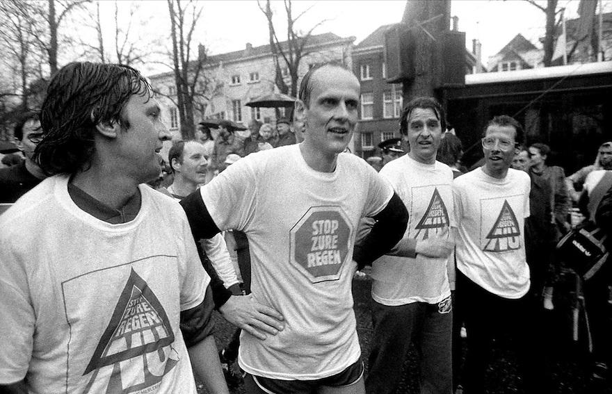 1985.Winsemius rent  met Milieudefensie mee in CPCmarathon in zure regen t-shirt.....Foto (c) Michiel Wijnbergh