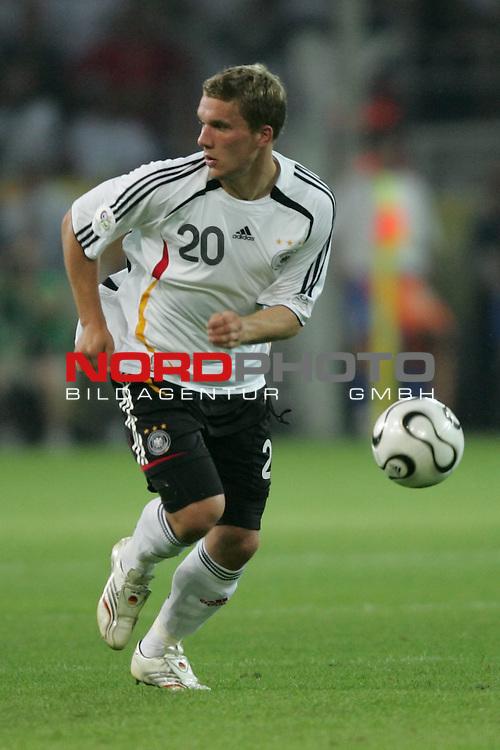 FIFA WM 2006 -  Semi Finals / Halbfinale<br /> Play    #61 (04-Juli) - Deutschland - Italien 0:2 n.V.<br /> <br /> Lukas Podolski von Deutschland in Einzel Aktion.<br /> Lukas Podolski treibt den Ball nach vorne.<br /> <br /> Foto &copy; nordphoto