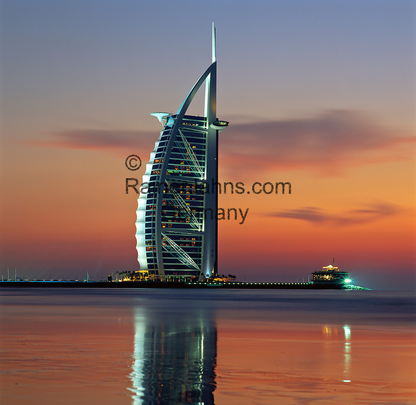 United Arab Emirates, Dubai: the Burj al Arab at sunset | Vereinigte Arabische Emirate, Dubai: das Burj al Arab Hotel am Abend