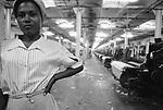 Operária trabalha em fábrica de tecelagem - Paracambi, Rio de Janeiro..Worker works in weaving factory - Paracambi, Rio de Janeiro.