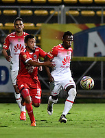 BOGOTA - COLOMBIA -29 -10-2016: Wilmer Boyaca (Izq.) jugador de Fortaleza C.E.I.F, disputa el balón con Carlos Arboleda (Der.) jugador de Independiente Santa Fe, durante partido entre Fortaleza C.E.I.F, e Independiente Santa Fe, por la fecha 18 de la Liga Aguila II-2016, jugado en el estadio Metropolitano de Techo de la ciudad de Bogota. / Wilmer Boyaca (L) player of Fortaleza C.E.I.F, vies for the ball with Carlos Arboleda (R) player of Independiente Santa Fe, during a match between Fortaleza C.E.I.F, and Independiente Santa Fe, for the  date 18 of the Liga Aguila II-2016 at the Metropolitano de Techo Stadium in Bogota city, Photo: VizzorImage  / Luis Ramirez / Staff.