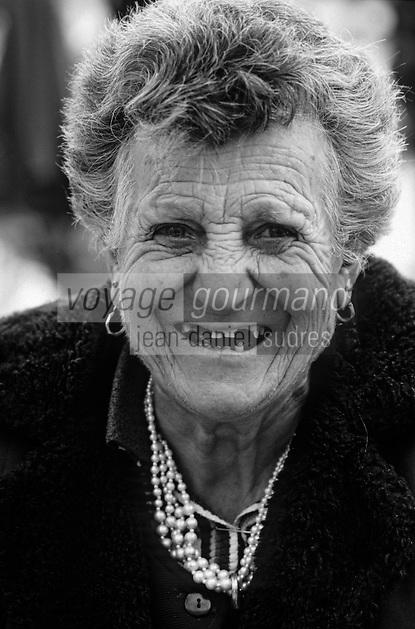 Europe/France/Languedoc-Roussillon/11/Aude/Carcassonne: Pilar Labrid agricultrice vendant ses légumes sur le marché place Carnot [Non destiné à un usage publicitaire - Not intended for an advertising use]