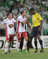 MEDELLÍN -COLOMBIA-03-05-2016: Jose Argote, arbitro venezolano, durante partido entre Atletico Nacional y Huracan de octavos de final, llave A, de la Copa Bridgestone Libertadores 2016 jugado en el estadio Atanasio Girardot de la ciudad de Medellín.  /Jose Argote, Venezeulan Referee, during a match for the second leg key A, between Atletico Nacional and Huracan as part of round of 16 of Copa Bridgestone  Libertadores 2016 at Atanasio Girardot in Medellin city / Photo: VizzorImage / Luis Ramirez / Staff.
