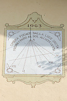 Una meridiana sulla facciata del ristorante ed albergo Agnello d'Oro a Bergamo.<br /> A sundial on the facade of the Agnello d'Oro restaurant and hotel in Bergamo.<br /> UPDATE IMAGES PRESS/Riccardo De Luca