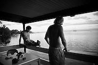 TJ BARRON (HAW)  and PETE MENDIA (USA)  fill in a flat surf day at Teahupoo, Tahiti, Saturday May 2 2009. Photo: joliphotos.com