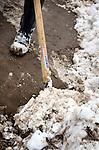 Bouwdetails tijdens een koude vorstperiode op een bouwplaats in de winter: met een sneeuwschuiver de bouwplaats bereikbaar houden door sneeuw weg te schuiven.    COPYRIGHT TON BORSBOOM
