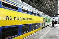 Nederland Amsterdam  2016 04 12.  Groene trein van de NS op Centraal Station. Foto Berlinda van Dam / Hollandse Hoogte