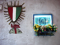 Napoli, altarino e scudetto. Naples, an altar and a shield.