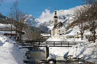 Deutschland, Bayern, Oberbayern, Berchtesgadener Land, Ramsau, Ramsauer Ache und Pfarrkirche vor Reiter Alpe | Germany, Bavaria, Upper Bavaria, Berchtesgadener Land, Ramsau, Ramsauer Ache (brook), parish church and Reiter Alpe mountain