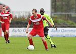 2017-11-05 / voetbal / seizoen 2017-2018 / VC Herentals - Hoeilaart / Gianni Convalle (l) (VC Herentals) aan de bal met achter hem Chris Mpati Kalunseyetiko (r) (Hoeilaart)