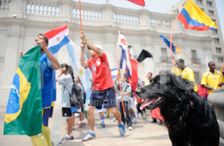 Fussball Frauen FIFA U 20  Weltmeisterschaft 2008    03.12.2008 Football for Hope Ein streunender Hund beobachtet die Eroeffnungsfeier des Turniers von Football for Hope vor dem chilenischen Praesidentschaftspalast.