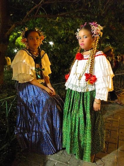Niñas con pollera / fiestas de Santa Catalina, patrona de Pedasí, Panamá.