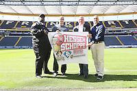 """Pokale des """"Hessen Schoppe"""" zwischen Frankfurt Pirates (Head Coach Keith Williams) und Mohammad Saleh (Darmstadt Diamonds),sowie Dirk Arnold (Frankfurt Universe) und Daniel Garcia (Wiesbaden Phantoms), dem Derby zwischen den vier südhessischen American Football Zweitligisten, in der Frankfurter Commerzbank Arena"""