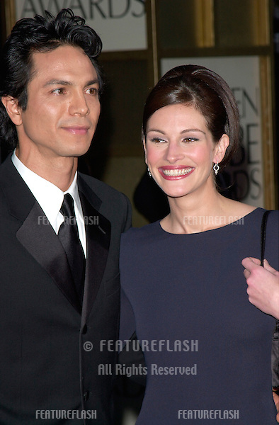 Actress JULIA ROBERTS & actor boyfriend BENJAMIN BRATT at the 2001 Golden Globe Awards at the Beverly Hilton Hotel..21JAN2001.  © Paul Smith/Featureflash