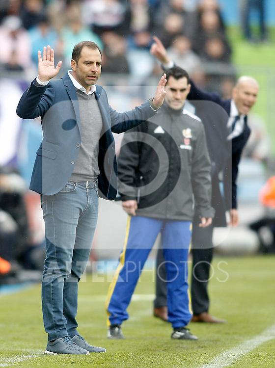 Getafe's coach Juan Esnaider (l) and Real Madrid's coach Zinedine Zidane during La Liga match. April 16,2016. (ALTERPHOTOS/Acero)