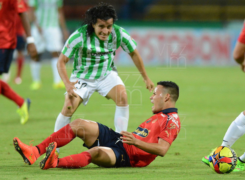 MEDELLÍN -COLOMBIA-13-09-2014. Sherman Cardenas (Izq) jugador de Atlético Nacional disputa el balón con Gilberto Garcia Olarte (Der) jugador de Independiente Medellín durante partido por la fecha 9 de la Liga Postobón II 2014 jugado en el estadio Atanasio Girardot de la ciudad de Medellín./ Sherman Cardenas (L) player of Atletico Nacional  fights for the ball with Gilberto Garcia Olarte (R) player of Independiente Medellin during the match for the 9th date of the Postobon League II 2014 at Atanasio Girardot stadium in Medellin city. Photo: VizzorImage/Luis Ríos/STR