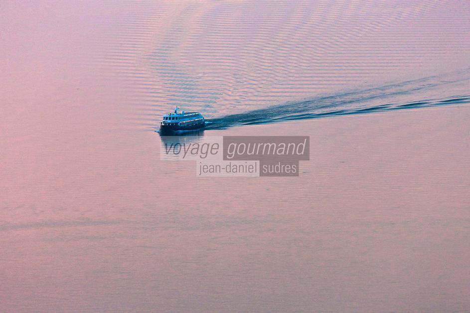 Europe/France/Rhône-Alpes/74/Haute Savoie/ Evian-les-Bains: Bateau de navigation sur le Lac Léman au soleil couchant