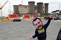 Un uomo con la maschera di Matteo Salvini ricorda agli  elettori del sud tutte le frasi pronunciate dal leader della  Lega contro i Meridionali