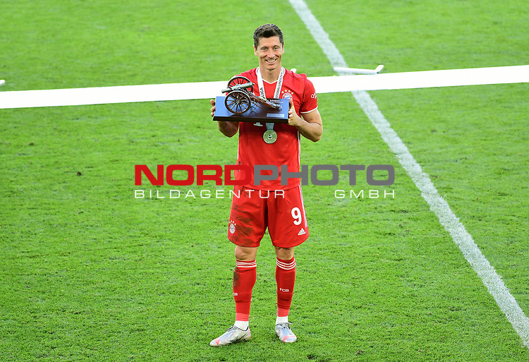 Deutscher Meister 2020, FC Bayern Muenchen, Robert Lewandowski mit Torjaegerkanone vom kicker Magazin<br />