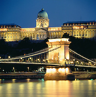 Hungary, Budapest, Castle District: Chain Bridge and Royal Palace at night | Ungarn, Budapest, Budaer Burgberg, Burgviertel: Budaer Burgpalast und Kettenbruecke am Abend