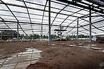 NIEUWERKERK - In Nieuwerkerk a/d IJssel wordt de staalconstructie van de zng Gartenmarkt van de door Arcis Bouwgroep te bouwen bouwmarkt Hornbach gemonteerd. Het door KuBus Architektur Stadsplannung gebouwde winkelcomplex wordt 19.500 m2 groot, biedt ruimte aan een bouwmarkt en tuincentrum, en een drive-in om gekochte spullen met de auto snel op te halen. Om zo dicht mogelijk tegen het schuine dak te monteren is de randbeveiliging verwijderd en werken de monteurs aangelijnd.  COPYRIGHT TON BORSBOOM