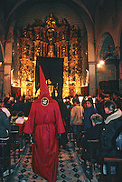 Europe/France/Languedoc-Roussillon/66/Pyrénées-Orientales/Collioure : procession de nuit de la Saint Sanch - Le pénitent à l'église<br /> PHOTO D'ARCHIVES // ARCHIVAL IMAGES<br /> FRANCE 1980