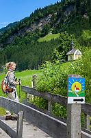 Oesterreich, Salzburger Land, Pongau, bei Grossarl - Ortsteil Eben: unterwegs auf dem Kapellen-Wanderweg im Grossarltal, im Hintergrund die Laireitingkapelle | Austria, Salzburger Land, region Pongau, near Grossarl, district Eben: hiking on Chapel-Hiking-Trail at valley Grossarltal, at background chapel Laireitingkapelle