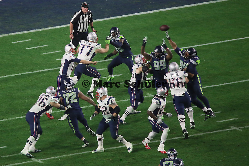 Seahawks Verteidigung kommt an den Pass von QB Tom Brady (Patriots) - Super Bowl XLIX, Seattle Seahawks vs. New England Patriots, University of Phoenix Stadium, Phoenix