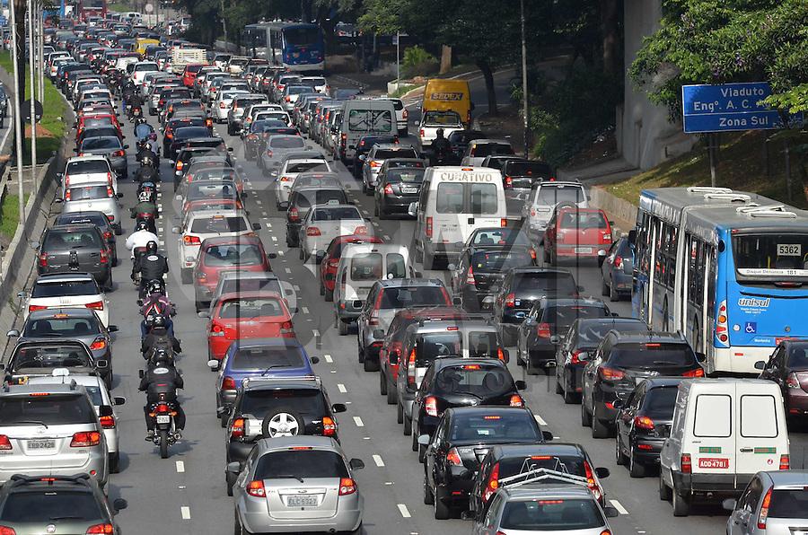 SAO PAULO, 23 DE ABRIL DE 2013 - TRANSITO - SAO PAULO - Transito intenso na Avenida 23 de Maio, na altura do viaduto Santa Generosa, região sul da capital, na manha desta terça feira, 23. (FOTO: ALEXANDRE MOREIRA / BRAZIL PHOTO PRESS)