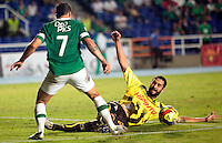 CALI -COLOMBIA-02-04-2014. Robin Ramirez (Izq) del Deportivo Cali disputa el balón con Jonathan Avila (der) de Alianza Petrolera durante partido por la fecha 14 de la Liga Postobón I 2014 jugado en el estadio Pascual Guerrero de la ciudad de Cali./ Deportivo Cali player Robin Ramirez (L) fights for the ball with Alianza Petrolera player Jonathan Avila (R) during match for the 14th date of Postobon League I 2014 played at Pascual Guerrero stadium in  Cali city.Photo: VizzorImage/ Juan C. Quintero /STR
