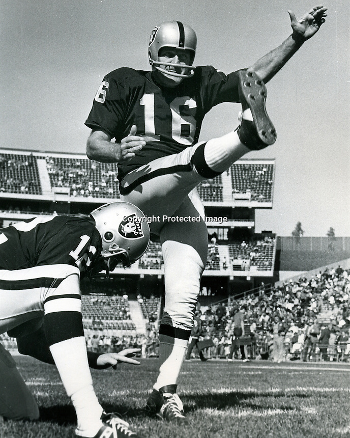 Oakland Raiders kicker George Blanda with QB Kenny .Stabler holding. (photo/Ron Riesterer)