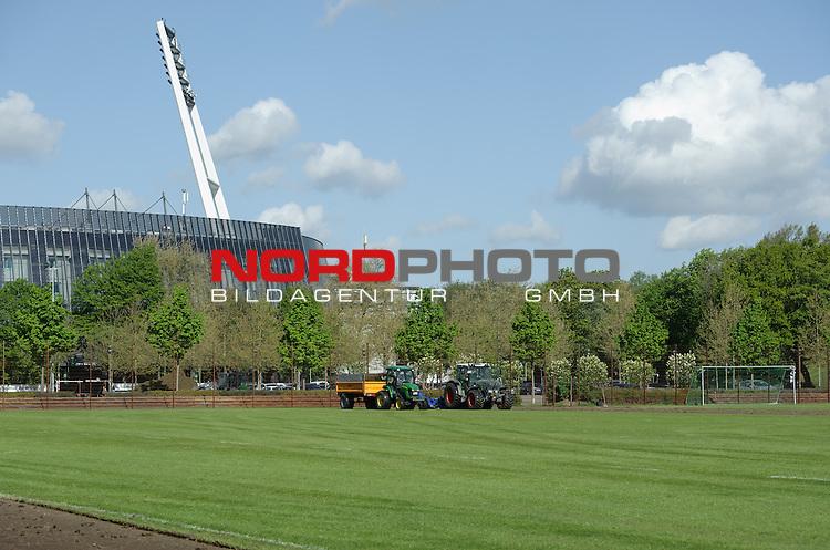 06.05.2015, Trainingsgelaende, Bremen, GER, 1.FBL, Training Werder Bremen, im Bild Der Rasen vom Trainingsplatz wird abgefr&auml;st<br /> <br /> Foto &copy; nordphoto / Frisch