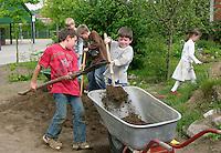 Schulgarten, Anlage eines Schmetterlingsgarten, Garten der Grundschule Nusse wird als Projektarbeit von einer 1. Klasse gestaltet, Kinder füllen Mutterboden zur Bodenverbesserung auf, Gartenarbeit