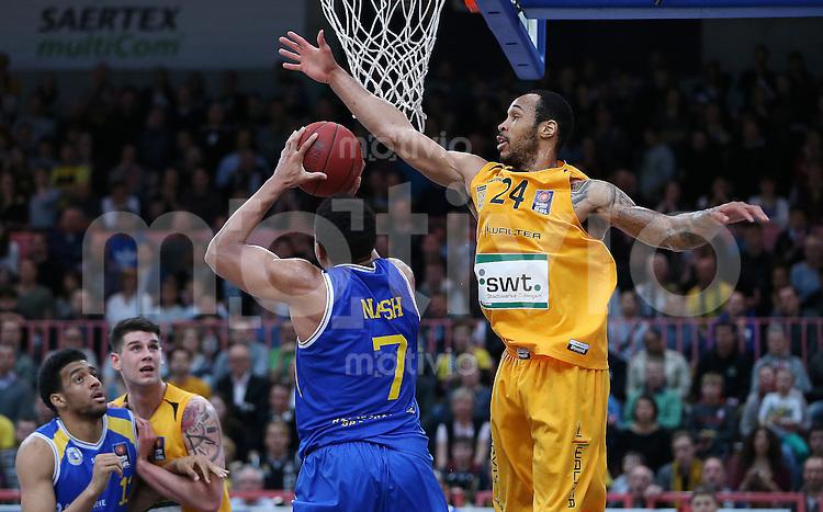 Basketball  1. Bundesliga  2015/2016   Hauptrunde 32. Spieltag  24.04.2016 Walter Tigers Tuebingen -  Basketball Loewen Braunschweig  Garlon Green (re, Tigers) gegen Tyrone Nash ( Braunschweig)