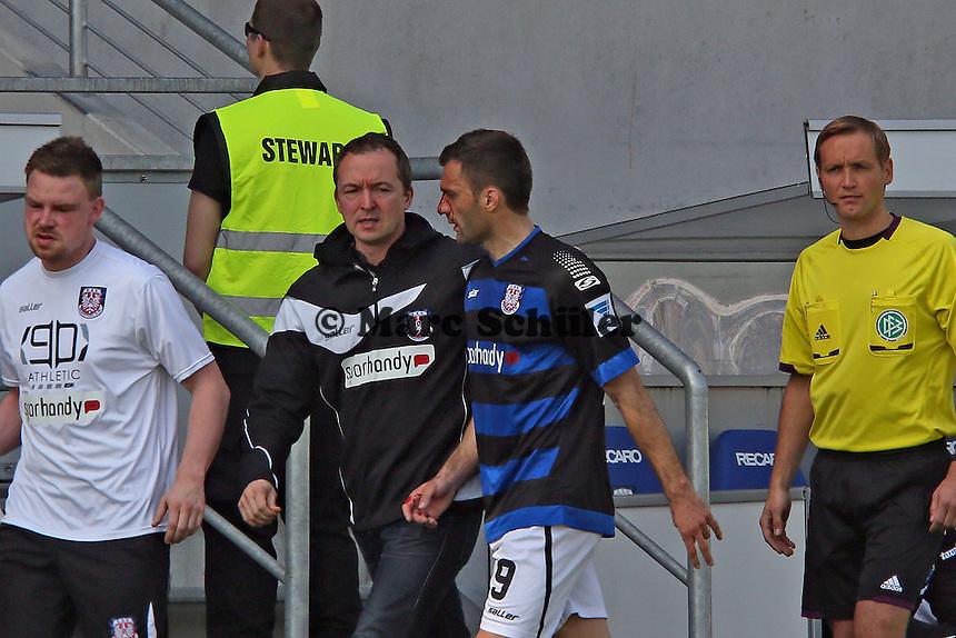 Teamarzt Dr. Wolfgang Raussen mit dem blutenden Edmond Kapllani (FSV) - FSV Frankfurt vs. SC Paderborn 07, Frankfurter Volksbank Stadion