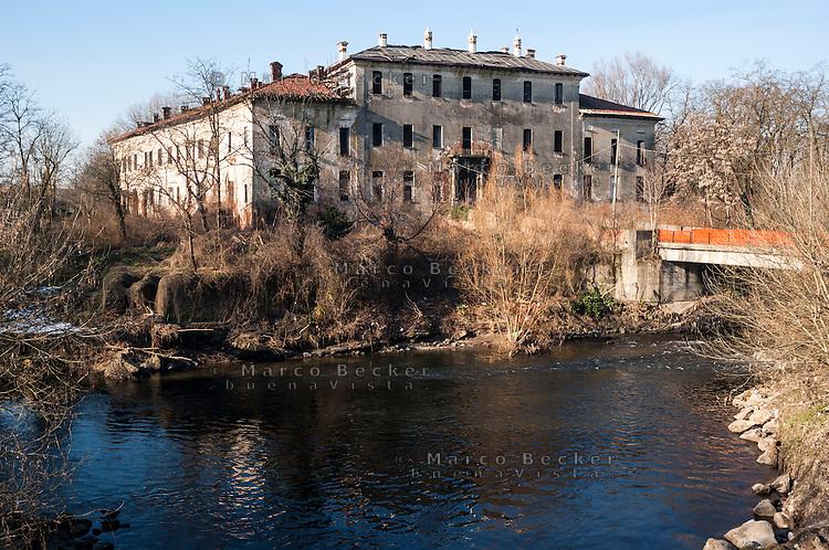 La fatiscente villa che fu un tempo il Castello di Landriano (Pavia), lungo il fiume Lambro Meridionale --- The crumbling mansion that once was the Castle of Landriano (Pavia), along the river Lambro Meridionale